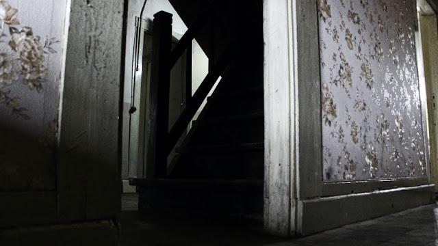 tangga di rumah pengabdi setan
