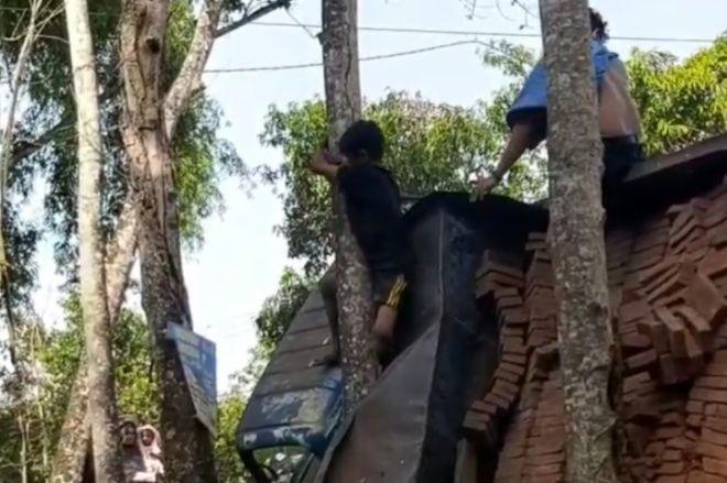 BONE TERKINI - Mobil Pengangkut Bata Terguling Di Bone, Seorang Anak Terjepit