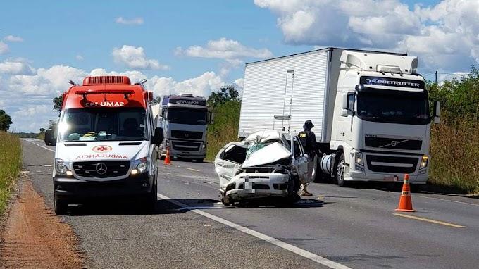 Homem morre após carro bater de frente com carreta em Barreiras