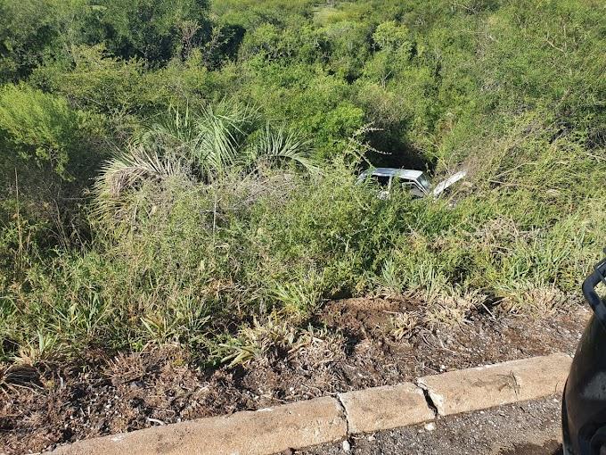 Veículo abandonado às margens da BR 293, próximo a zona urbana