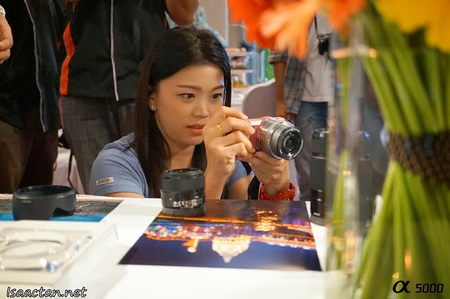 Fellow blogger, Kelly Chin in deep concentration trying to get that perfect shot