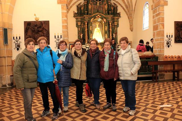 Un grupo de peregrinas en la ermita de Santa Águeda