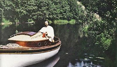 Леонид Андреев на собственной яхте. А ещё у него была моторная лодка (что в начале 20 века было очень круто)