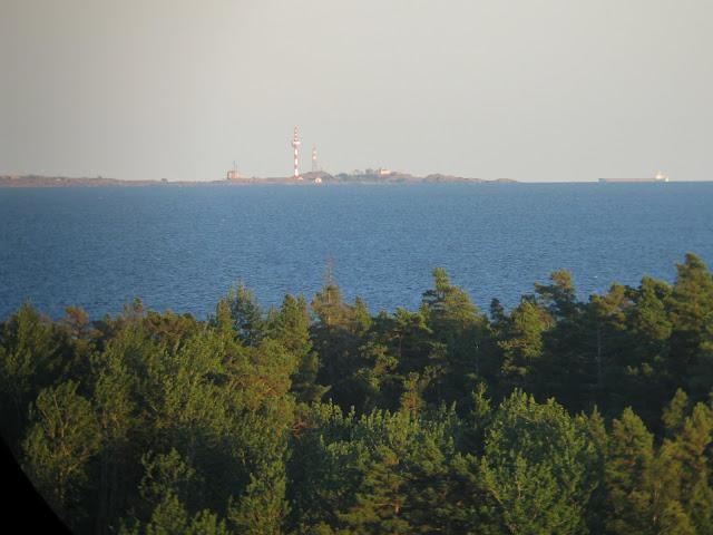 Horisontissa näkyvä saari, jossa on rakennuksia
