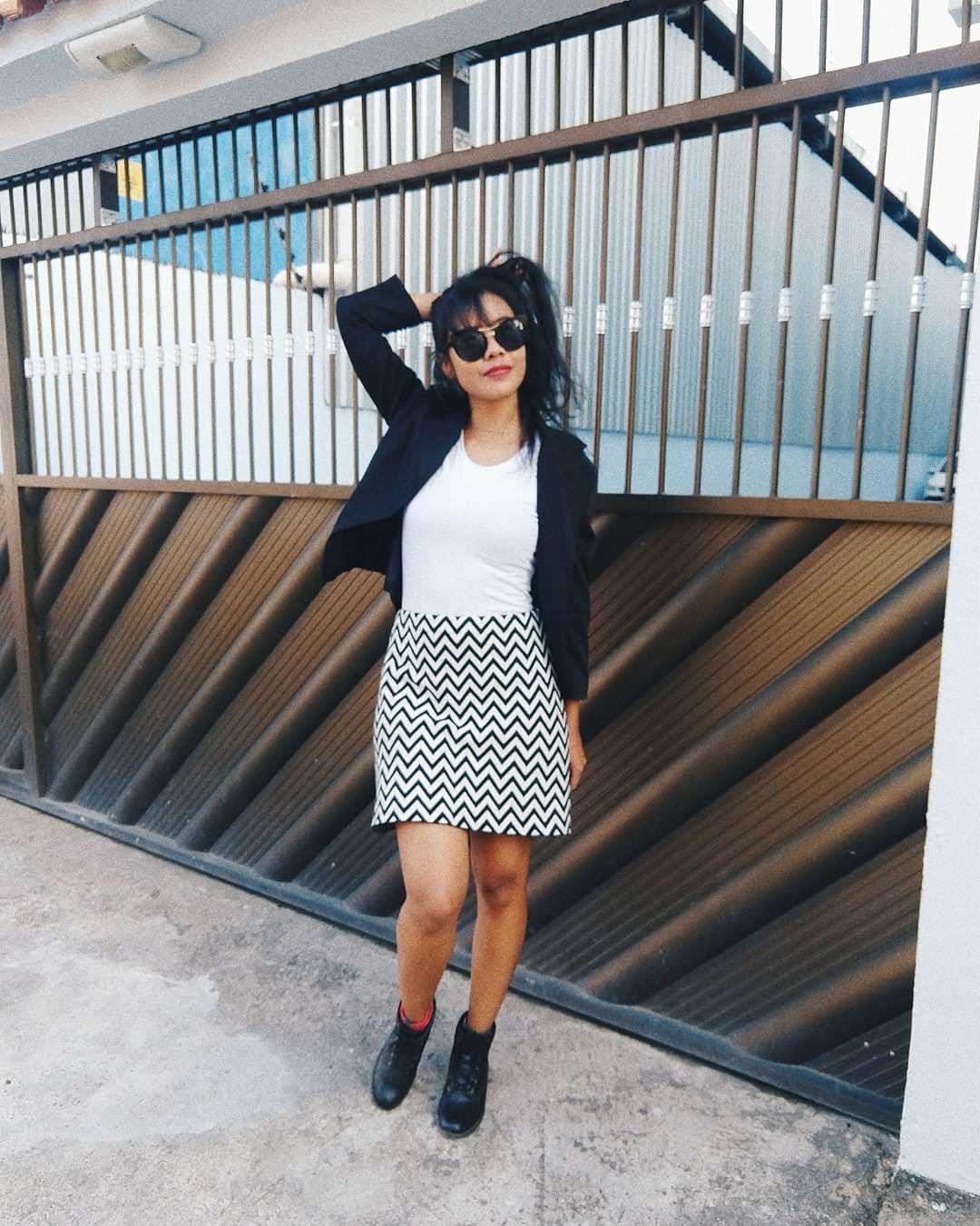 Camiseta branca + blazer preto + saia p&b