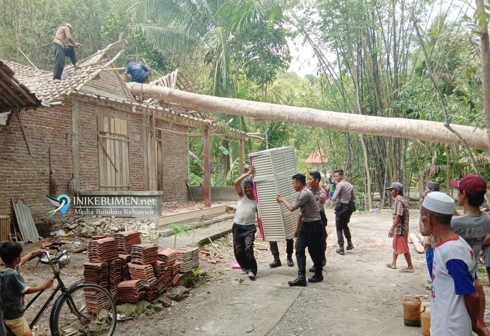 Pasca Hujan dan Angin Kencang, Polres Kebumen Terjunkan Anggotanya