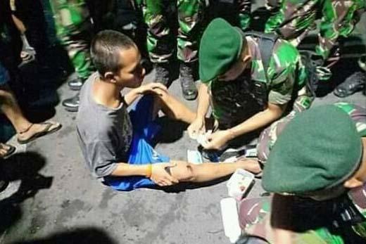 TNI mengobati warga