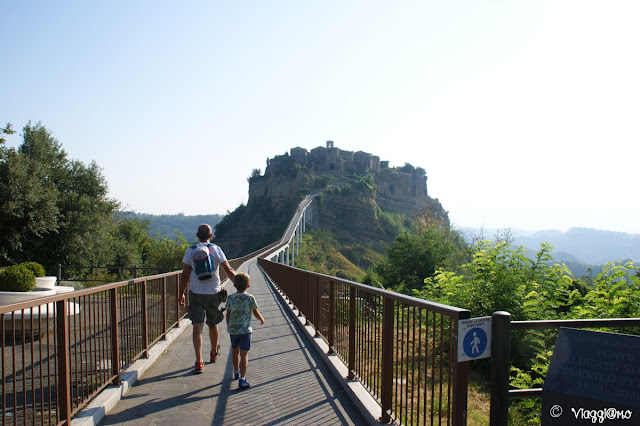 Il ponte in cemento armato per raggiungere Civita