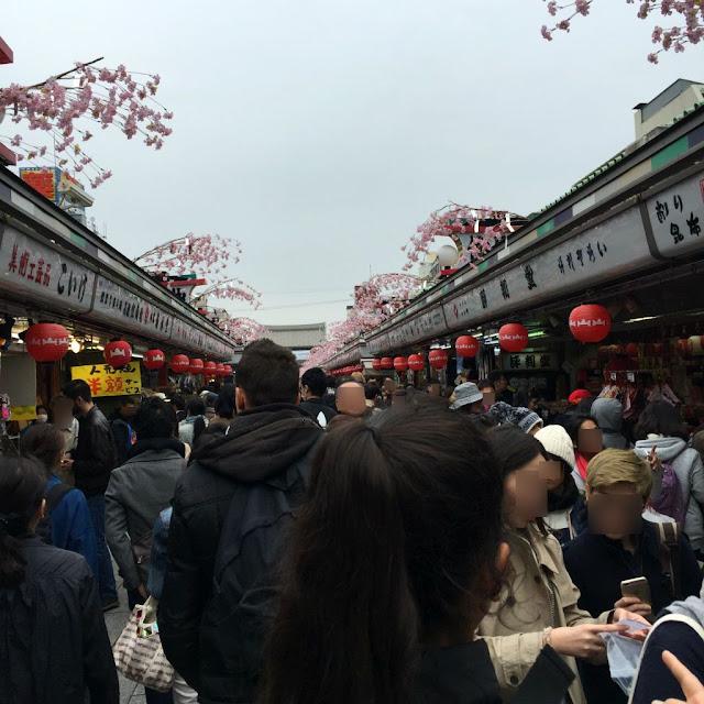 東京観光:浅草寺の中を歩く