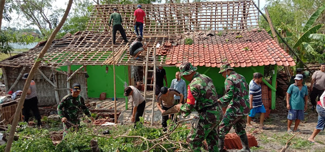 TNI Polri Bersama Masyarakat Gotong Royong Perbaiki Rumah Korban Puting Beliung