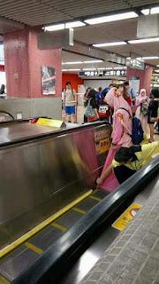 Rok hijaber nyangkut di escalator