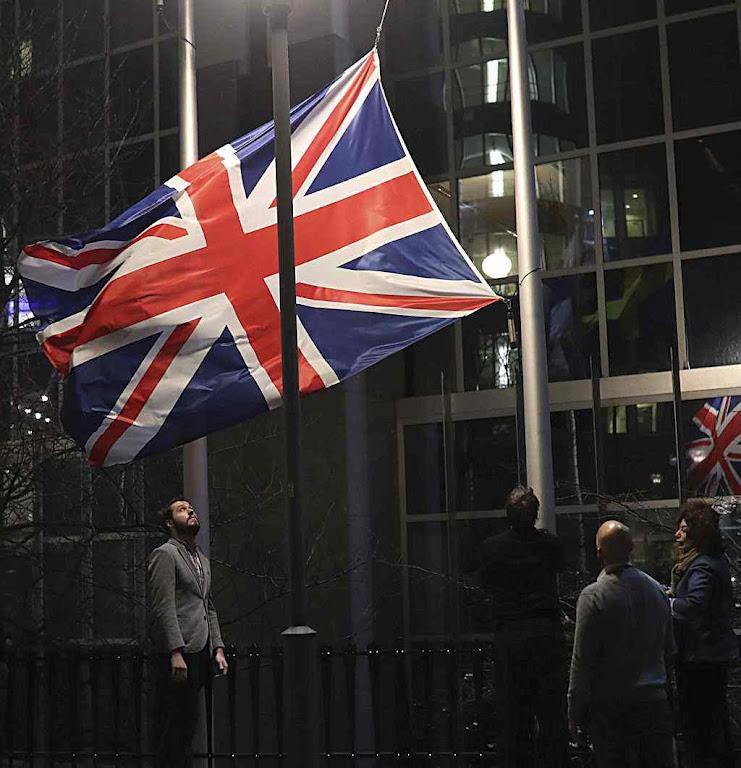 União Europeia tira a bandeira britânica em ambiente fúnebre sem apoio popular
