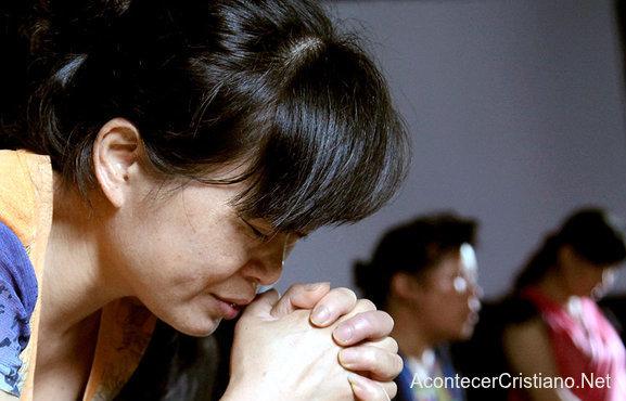 Mujer cristiana china orando