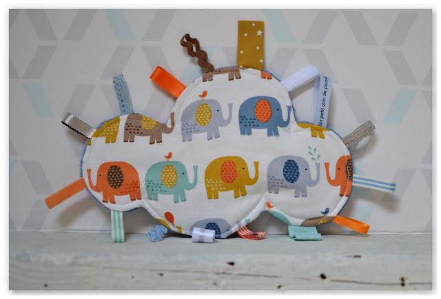 doudou étiquettes nuage plat et éléphants multicolores