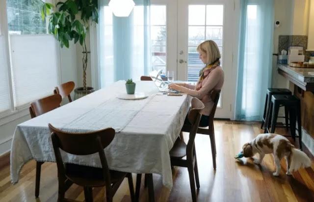 Donna in cucina guardando il suo cellulare