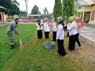 Di Tengah Pandemi Covid-19,Babinsa Desa Kebo Mengajak Masyarakat Binaannya Bersih bersih Lingkungan Sambil Berjemur.