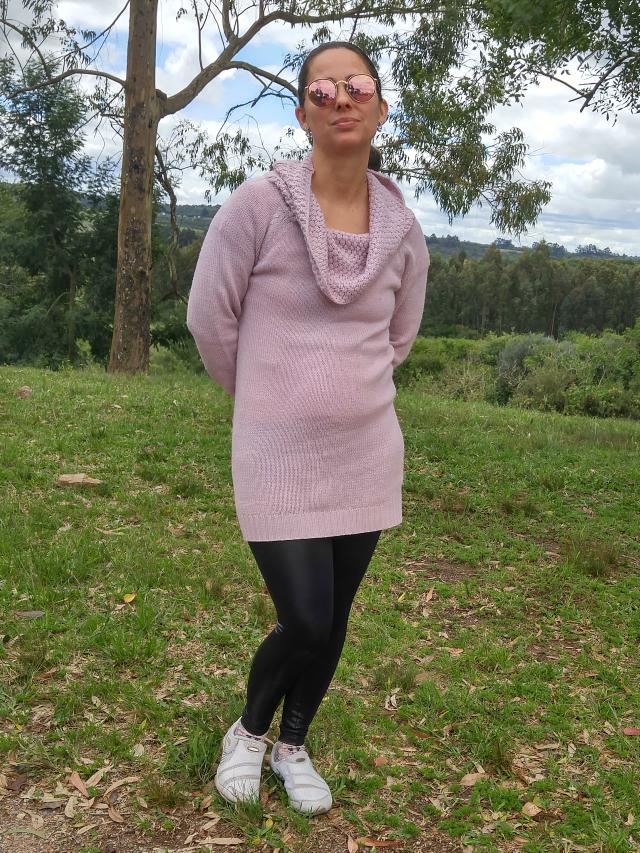 Vestido de lã + legging de couro + tênis