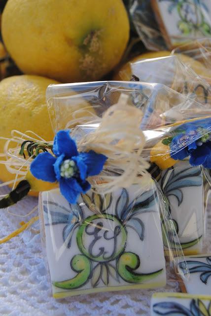 biscotti segnaposto dipinti a mano e personalizzati con motivi ispirati alla ceramica vietrese