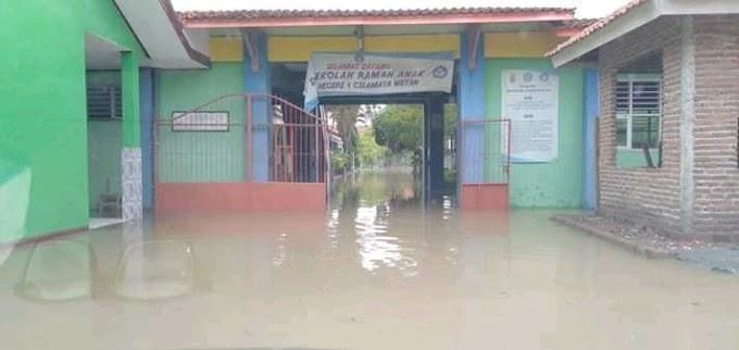 Cilamaya Wetan masih Banjir. Sementara SMPN I Cilama Diliburkan.