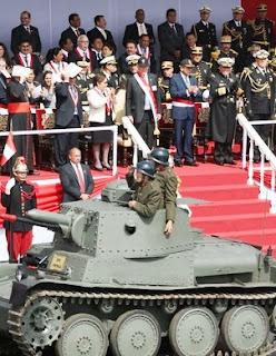 Foto del desfile de la Gran Parada Militar con el Presidente de la República