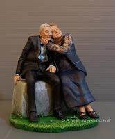 Statuina coppia di nonni seduti