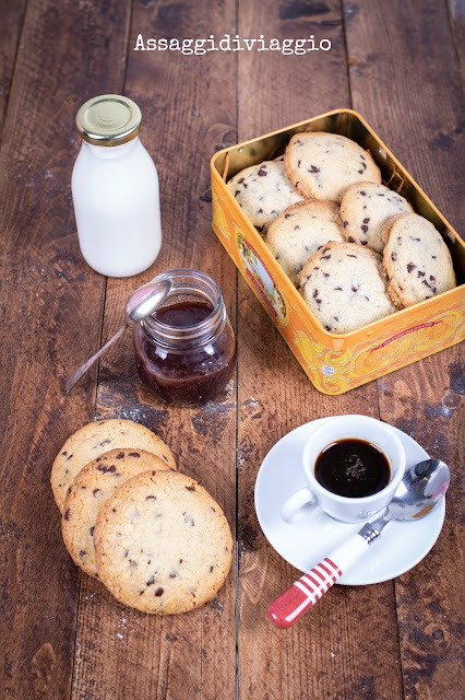 American-style dark and chewy chocolate chip cookies - Biscotti con gocce di ciocclato stile americano