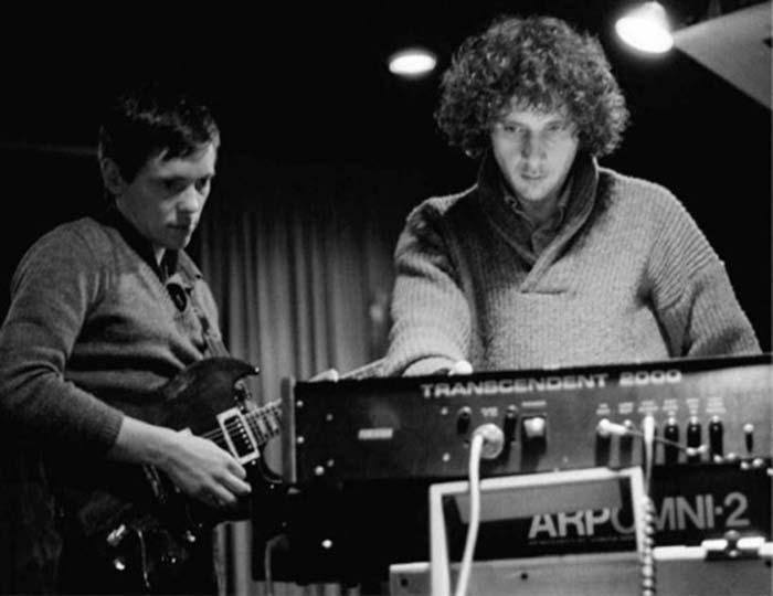 A la izquierda el guitarrista Bernard Sumner con el productor, Martin Hannett
