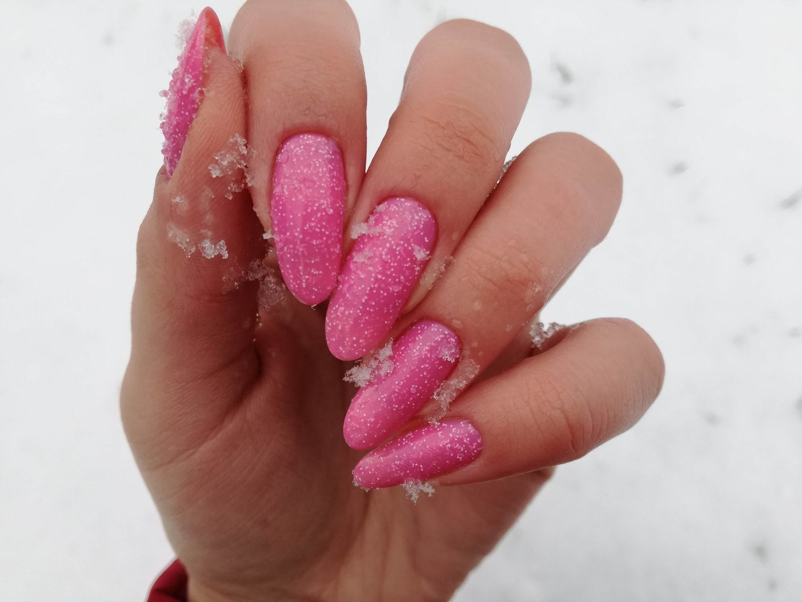 paznokcie w śniegu