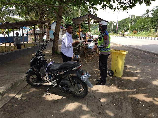 Sat Lantas Polresta Jayapura Edukasi dan Bagikan Masker di Pantai Hamadi