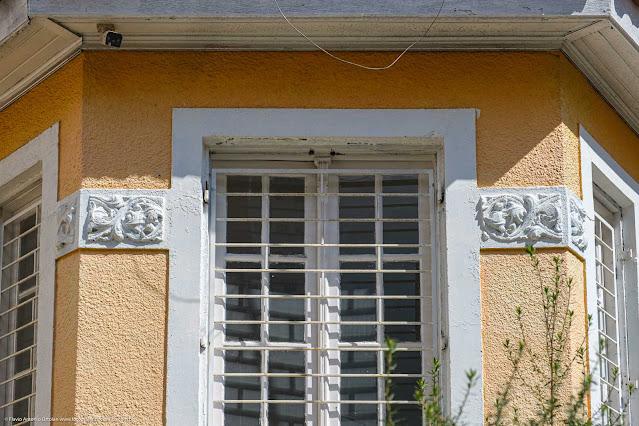 Casa na Rua Marechal Deodoro - detalhe janela e barra decoratiba em alto-relevo