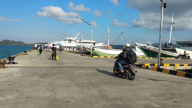 Kapal di pelabuhan umum pulau Bawean