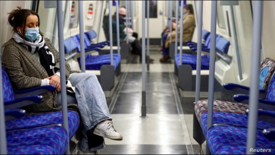 Usuarios del metro viajan en un carro casi vacío, en medio de la pandemia en Londres, Inglaterra, el 5 de enero pasado / REUTERS