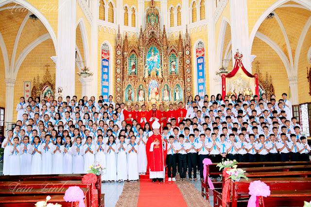 Đền thánh Kiên Lao: 189 em đón nhận Chúa Thánh Thần