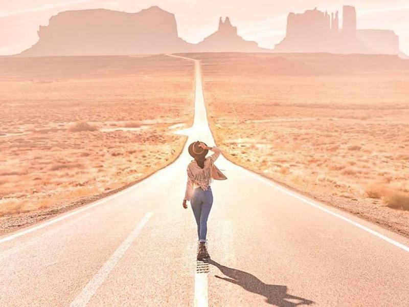 девушки идет вдоль дороги