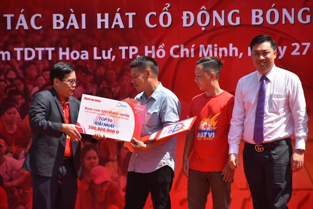 nhạc sỹ Võ Thiện Thanh trên bục nhận thưởng tại lễ trao giải bài hát cổ động