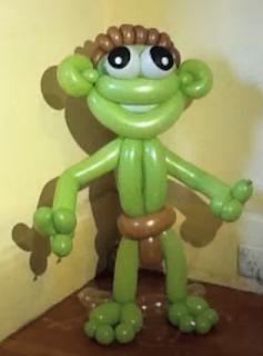 Eine aus grünen Luftballons gedrehte Alien-Figur.