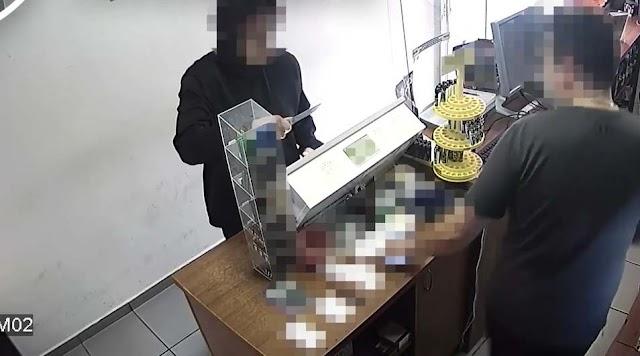 Videón mutatjuk hogy rabolt ki egy kaposvári dohányboltot a késes férfi