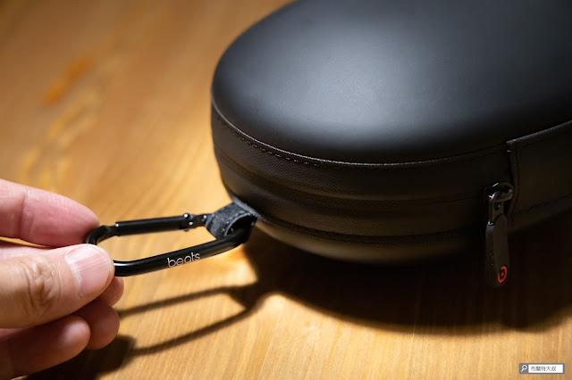 【開箱】幾乎無懈可擊的 Beats Studio3 Wireless 抗噪藍牙耳機 - 收納盒扣環也壓印了 Beats 商標
