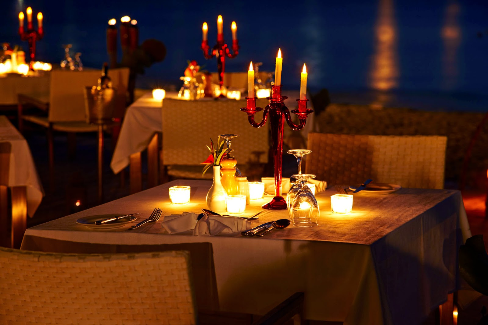 Home Smiley: How To Set Up A Romantic Dinner Table