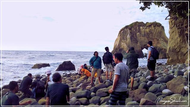 Menikmati ombak dan hembusan angin di pulau Hiri