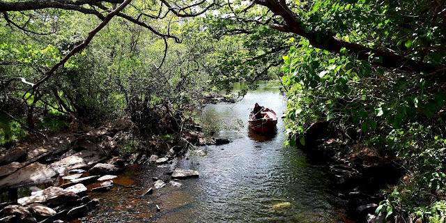 Vaeltaminen irlannissa, vaeltaminen, irlanti, killarney, cap of dunloe, vuoristo, kapea joki, avomoottorivene, punainen vene