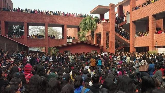 छात्रों ने दिल्ली पुलिस की निष्क्रियता के खिलाफ विरोध प्रदर्शन किया: गार्गी कॉलेज मास मोलेस्टेशन