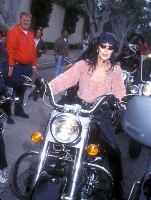 Cher sobre una Harley Davidson