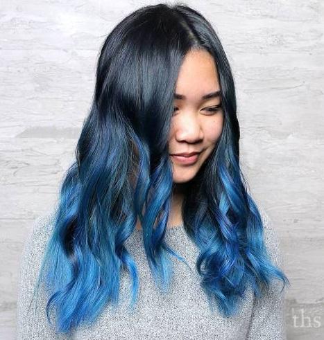 potongan gaya rambut cat biru degradasi