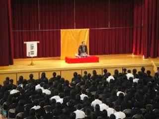 生徒と保護者を対象とした三遊亭楽春の落語鑑賞会の風景。