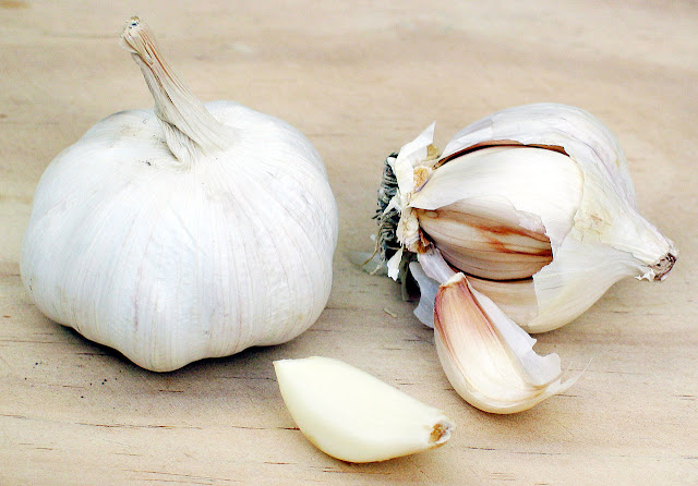 these 5 garlic home remedies can make your skin fair and beautiful [In Hindi]