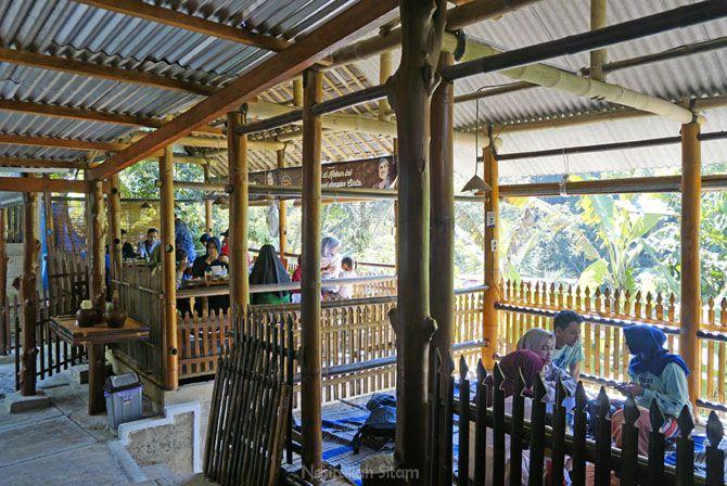 Pengunjung di kedai kopi Pak Rohmat