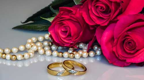 mutiara warna emas jadi ikon cincin pernikahan