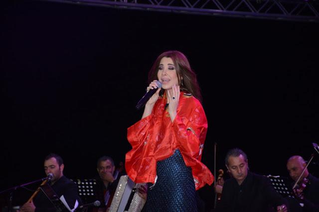 بالصور.. تمزق فستان نانسي عجرم يعرضها للإحراج!
