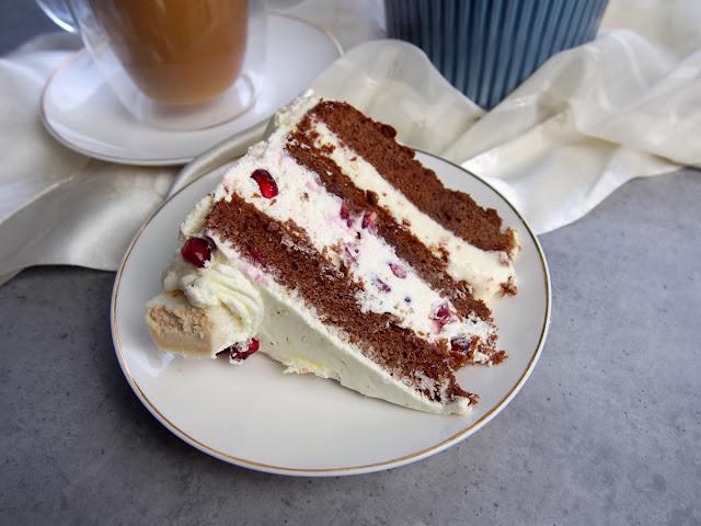Czekoladowy tort z białymi michałkami i granatem